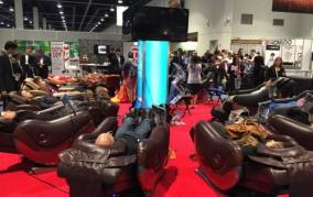 Массажные кресла на выставке CES в Лас-Вегасе